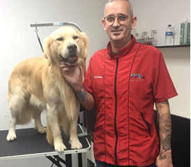 Reinaldo y su mascota en un salón de grooming Profesional.